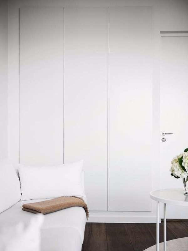 Минималистская маленькая квартира студия - дизайн интерьера гостиной