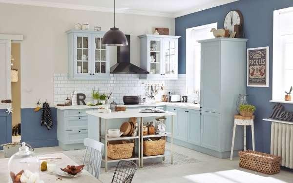 Голубая угловая кухня с белой плиткой и синими стенами в интерьере частного дома