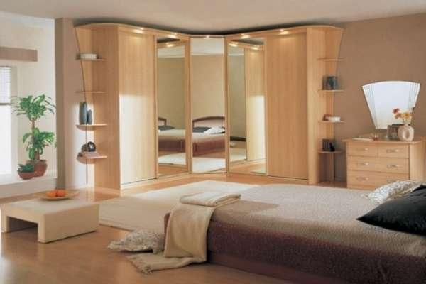 Угловой шкаф купе в интерьере спальни - фото из дерева и зеркал