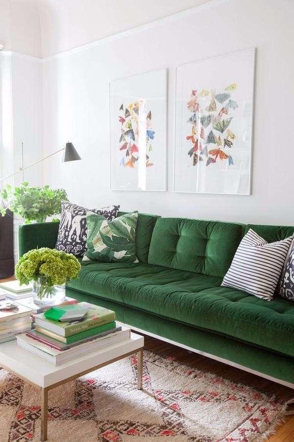 Зеленый бархатный диван в интерьере гостиной - фото