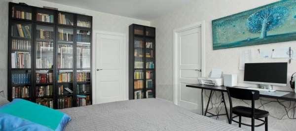 Шкаф со стеклянными дверцами в современном стиле
