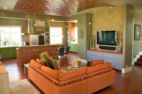 Оранжево зеленый интерьер кухни гостиной в частном доме