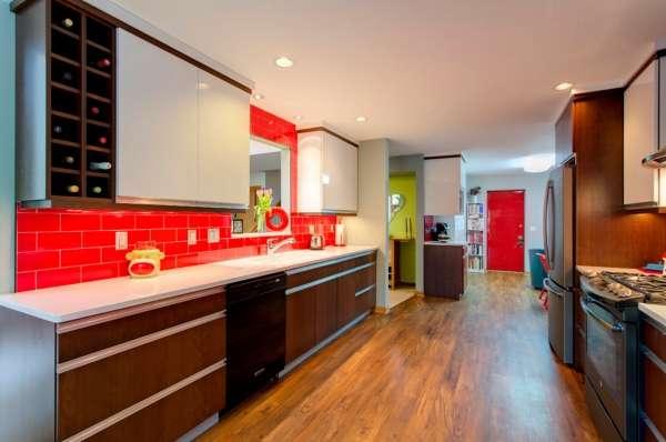 Интерьер маленькой кухни в частном доме - фото с окном в гостиную