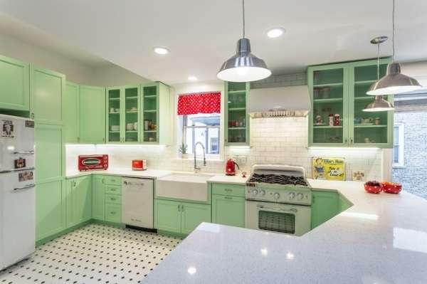 Зеленая угловая кухня в частном доме - современный дизайн на фото