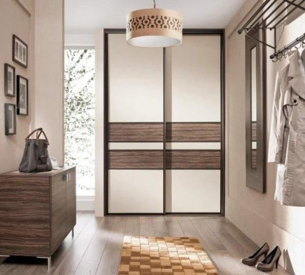 Красивые двери для встроенного шкафа купе с деревом