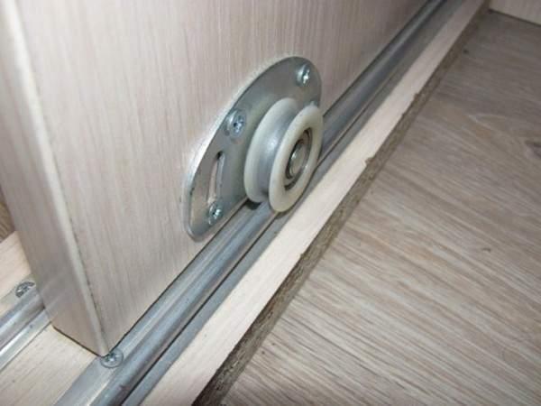 Рельсовые двери для встраиваемого шкафа купе