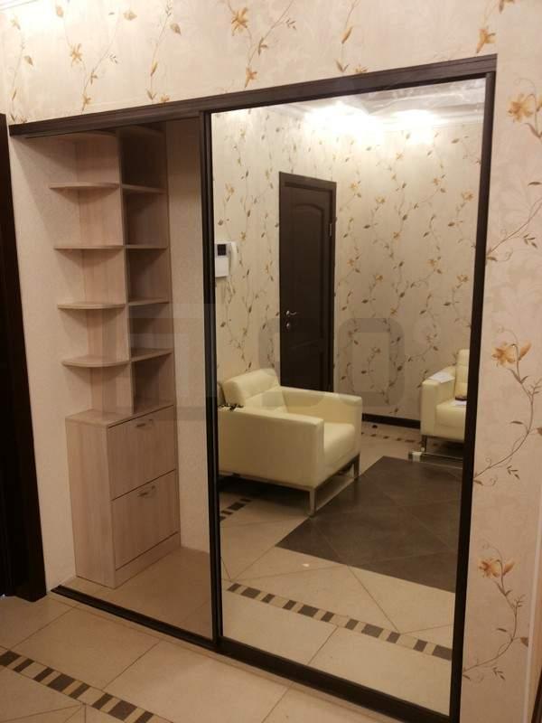 Встроенный шкаф купе с зеркальными дверями в интерьере прихожей