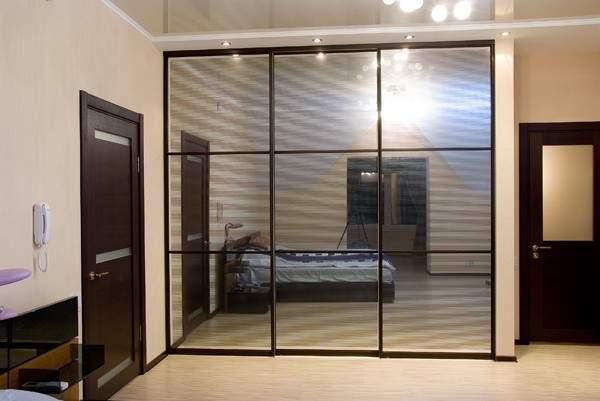 Красивый встроенный шкаф купе с тремя зеркальными дверями