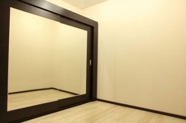 Встроенный шкаф купе с зеркальными дверями и деревянной отделкой
