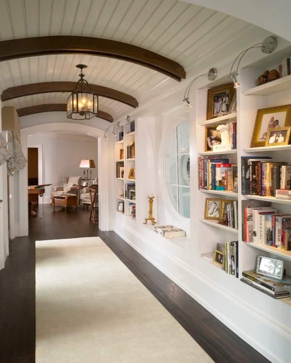 Дизайн широкого коридора с площадкой на втором этаже в частном доме - фото