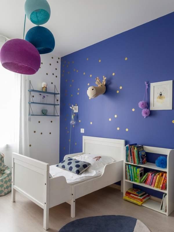 Синий цвет стен в детской комнате с сиреневым декором