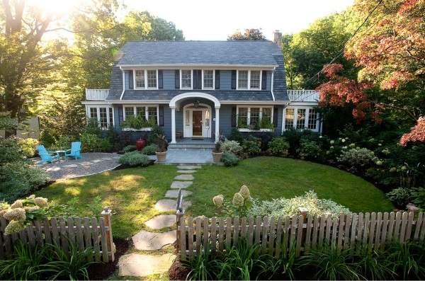 Простой дизайн двора частного загородного дома с зоной отдыха