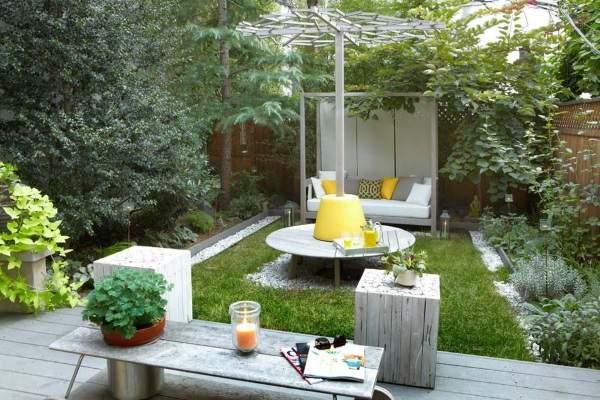 Современный дизайн маленького двора частного дома