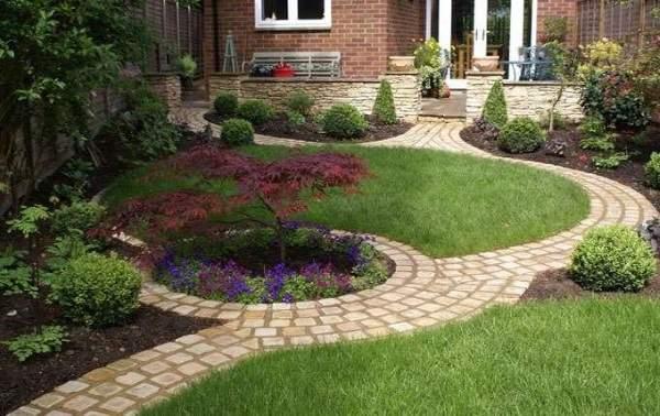 Дизайн маленького двора частного дома - фото садовых дорожек