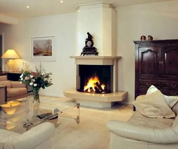 Интересная идеи для дизайна гостиной с камином в частном доме