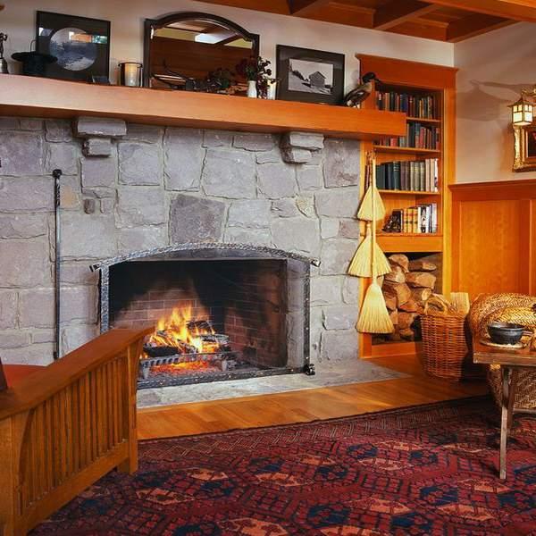 Деревенский дизайн гостиной с камином в частном доме