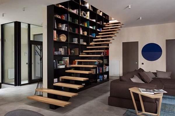 Современный дизайн гостиной с лестницей в частном доме