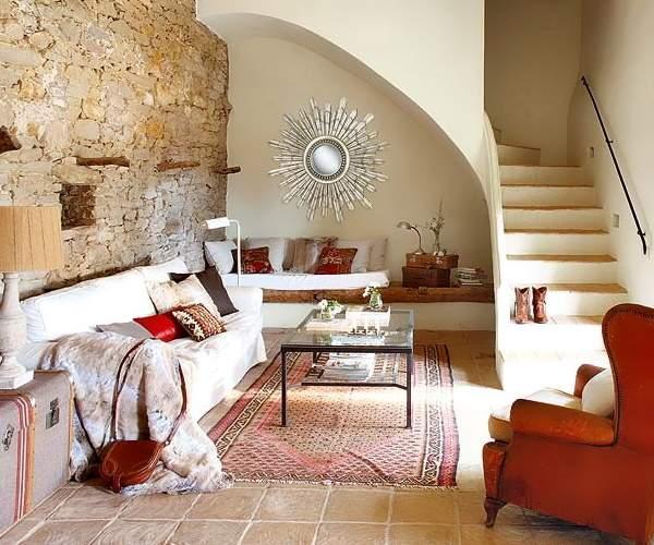 Стильный дизайн гостиной с лестницей в частном доме