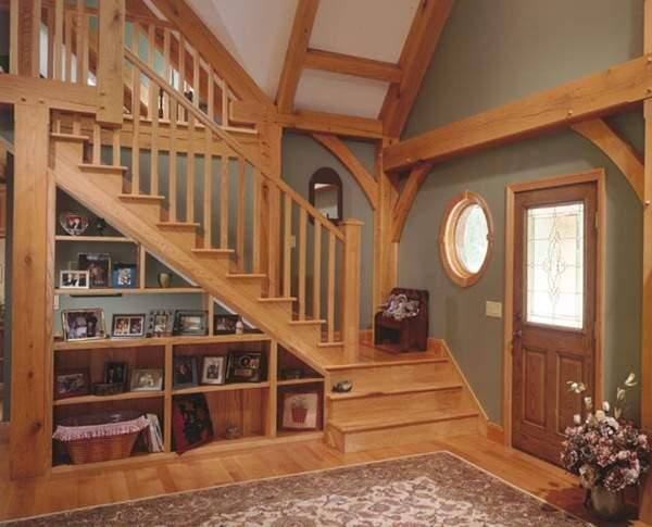 Лестница из дерева на второй этаж в дизайне гостиной частного дома