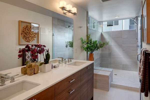 Красивые ванные комнаты - фото с душевой кабиной и большой тумбой