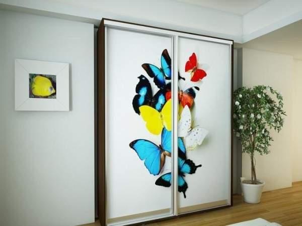 Маленькие шкафы купе с рисунком - фото дизайна в спальне