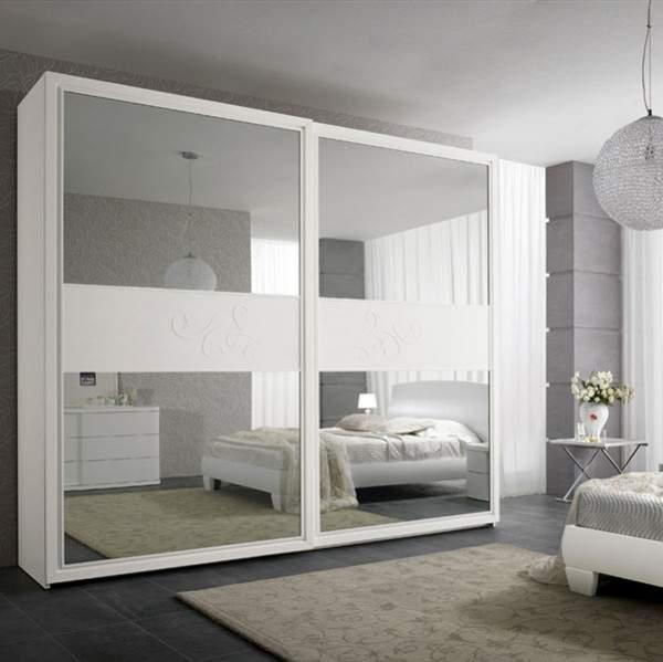 Спальня со шкафом купе с зеркальными дверцами - фото