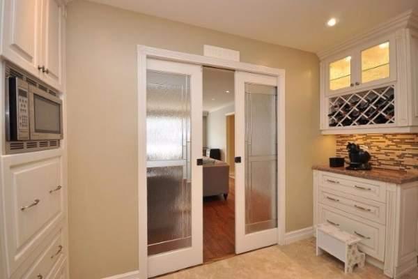Двери для кухни - белые, раздвижные, со стеклом