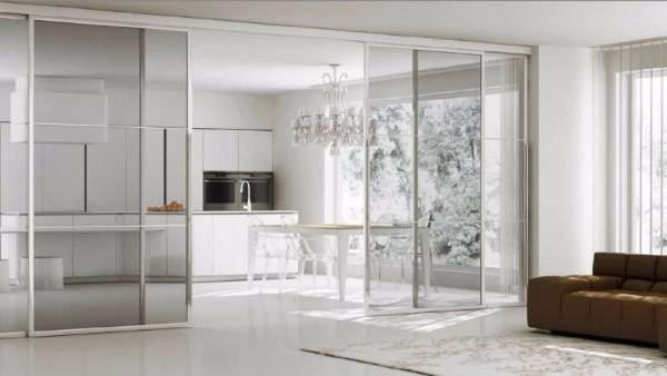 Стеклянные двери купе на кухню - фото перегородки в частном доме