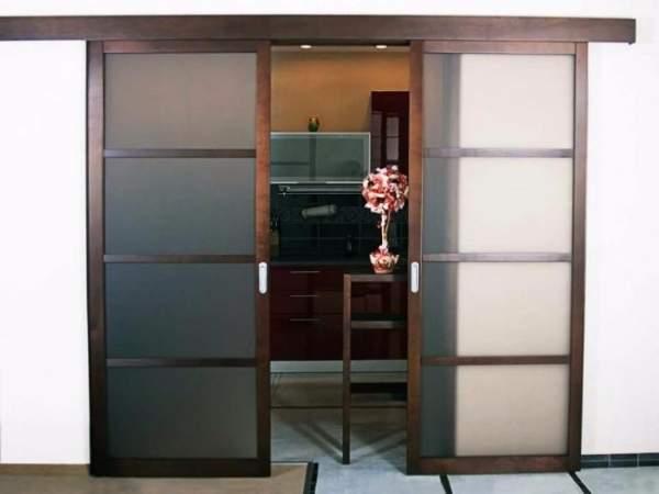 Деревянные двери купе на кухню - фото со стеклом