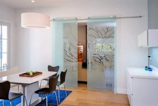 Стеклянные двери для кухни с красивым рисунком