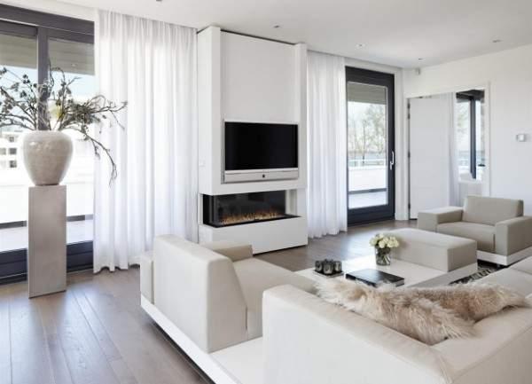Стильный интерьер зала с электрическим камином в частном доме