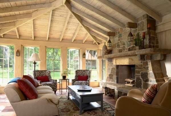 Интерьер зала с камином в частном доме - дизайн из дерева и камня