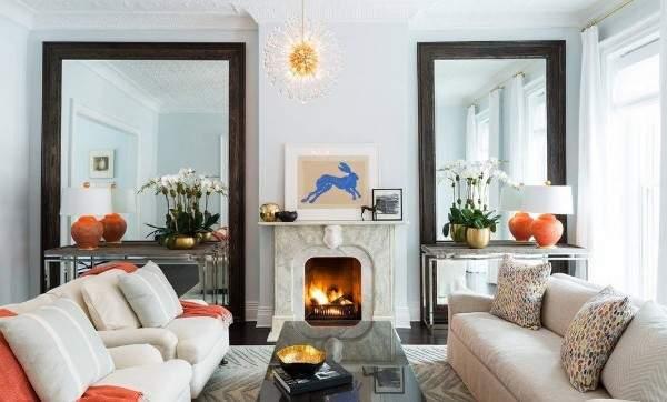 Интерьер зала в частном доме с маленьким камином