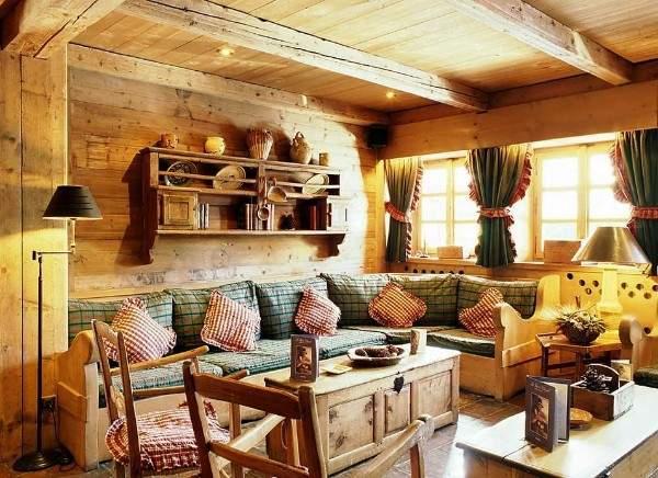 Интерьер зала в частном доме из бруса - дизайн в стиле кантри