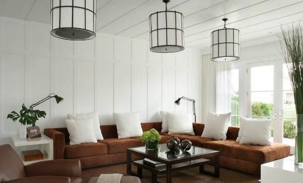 Красивый интерьер маленького зала в частном доме