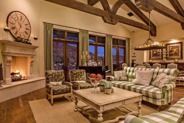 Деревенский интерьер зала в частном доме своими руками