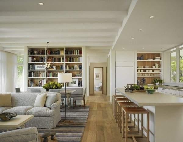 Красивый интерьер зала с кухней в частном доме в современном стиле