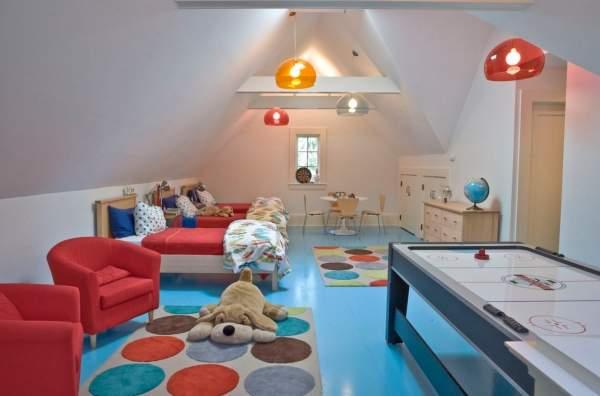 Голубой и красный цвета в интерьере детской комнаты