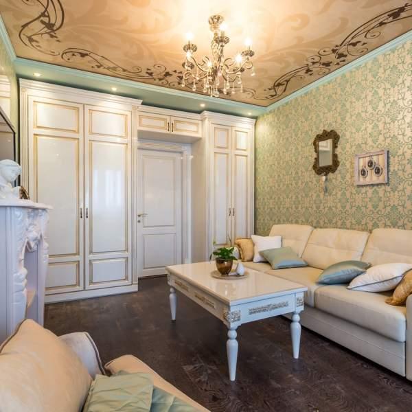 Элегантный дизайн зала в квартире с классической отделкой и мебелью