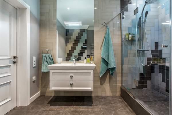 Красивый дизайн ванной комнаты с необычно уложенной плиткой