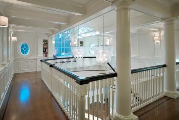 Дизайн второго этажа в частном доме - фото площадки с перилами