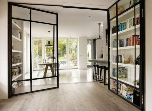 Маятниковые стеклянные двери - фото в интерьере частного дома