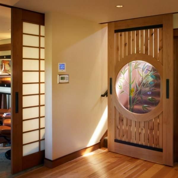 Раздвижные межкомнатные двери из дерева со стеклянными вставками