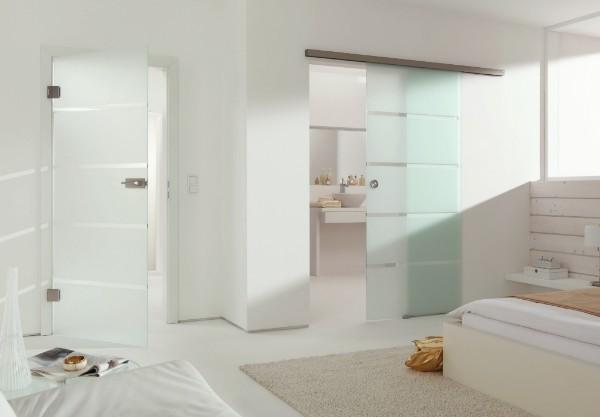Распашные стеклянные двери межкомнатные с рисунком в полоску