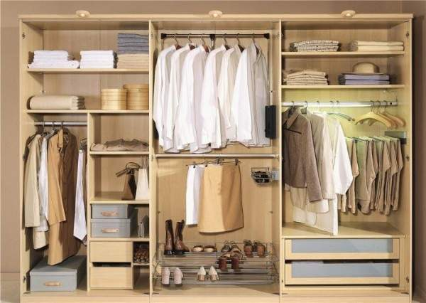 Трехстворчатый шкаф купе в спальню - внутреннее наполнение на фото
