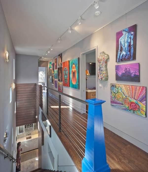 Варианты вторых этажей в частном доме - галерея с картинами на стенах