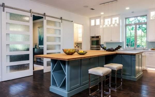 Белые двери межкомнатные со стеклом в дизайне кухни