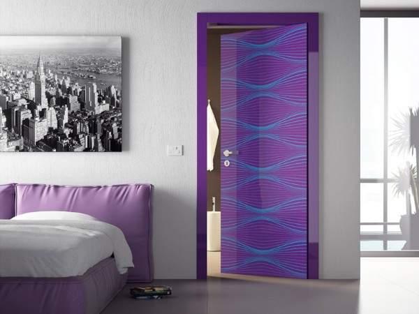 Межкомнатные стеклянные двери сиреневого цвета с узором