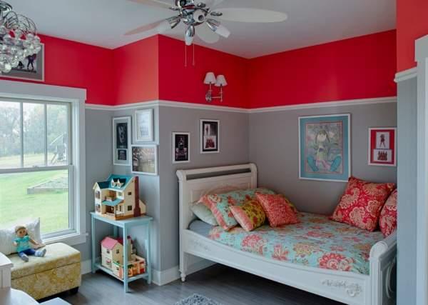 Сочетание красного и голубого цветов в интерьере детской комнаты