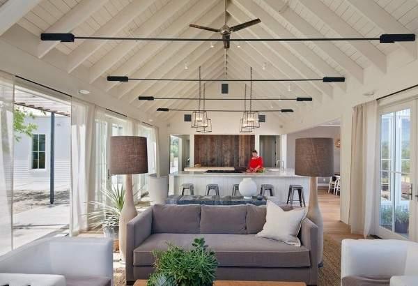 Современный интерьер зала с кухней в частном доме